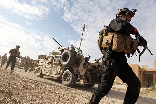 Soldados iraquianos fazem treinamento militar em Bagdá, um dia antes de americanos partirem