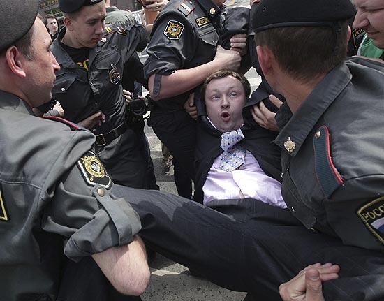 Ativista dos direitos de gays e lésbicas é detido em Moscou após choque com nacionalistas ortodoxos