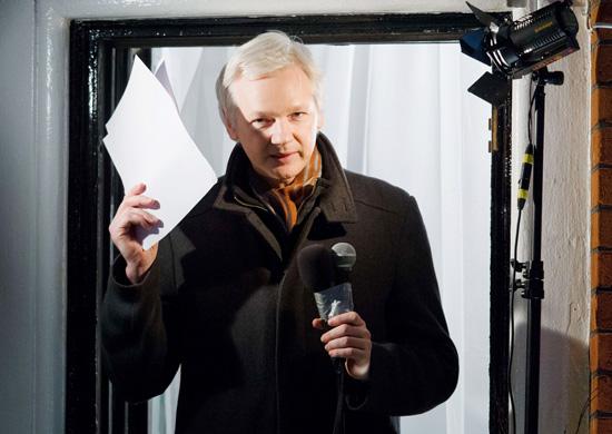 Julian Assange fala do balcão da embaixada do Equador em Londres, onde está refugiado desde junho passado