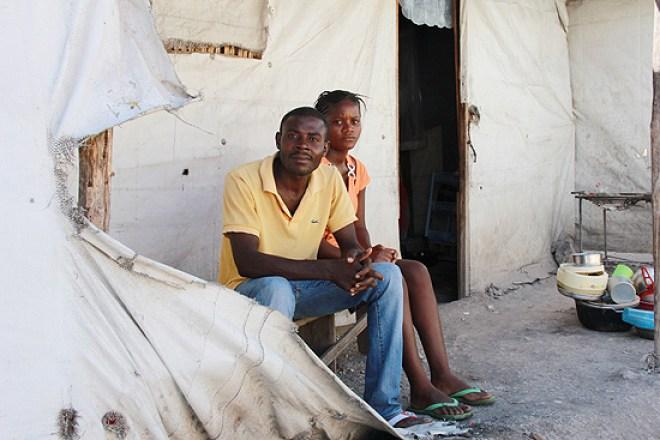 Charlie Saint Louis e sua mulher, Mone Pierre, em barraca onde vivem desde o terremoto