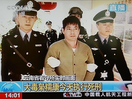 Imagem de transmissão de TV estatal mostra Naw Kham seguindo ao local de execução