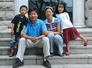 Chen Yumei (pai) e Sun Yong (mãe) com os filhos Jingjing (menino) e Beibei (menina); casal conseguiu burlar a política do filho único na China