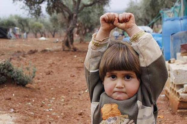 Foto que circulou pelas redes sociais mostra o menino Adi Hudea em campo no norte da Síria
