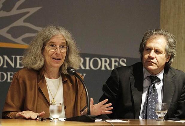 A historiadora Aviva Chomsky durante conferência no Uruguai sobre imigrantes nos EUA