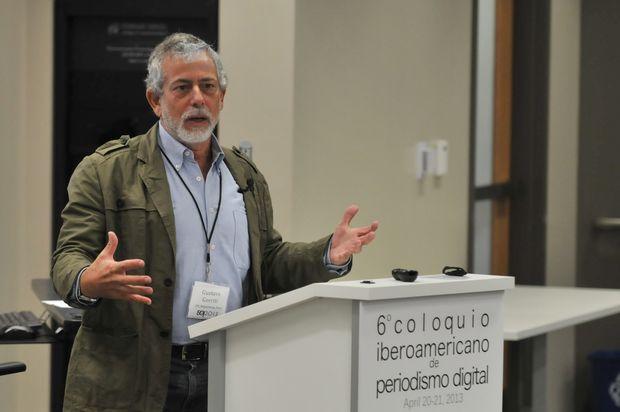 O jornalista peruano Gustavo Gorriti fala em evento de jornalismo em Austin, no Texas, em 2013