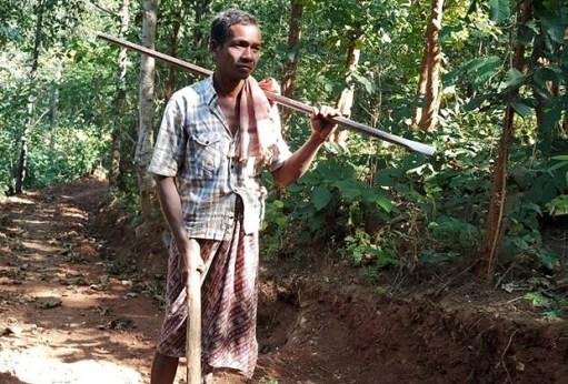 Indiano abre estrada de 8 km a picareta para os filhos poderem ir e voltar da escola.Nayak trabalhava cerca de oito horas por dia para fazer a estrada