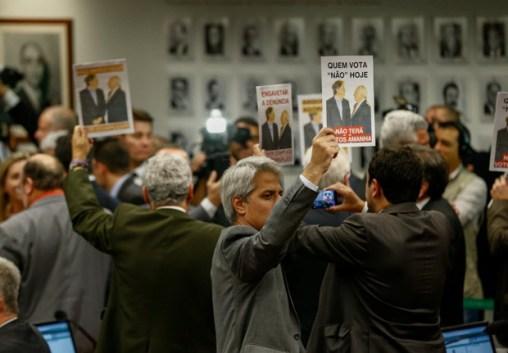 Deputados protestam contra votação favorável a Michel temer na CCJ da Câmara