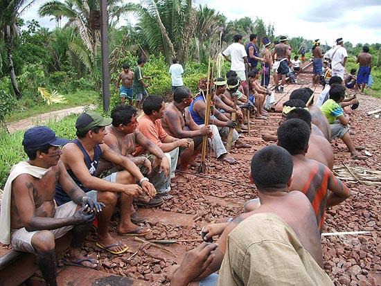 Indígenas interditam a estrada de ferro Carajás, no Maranhão, em protesto contra AGU