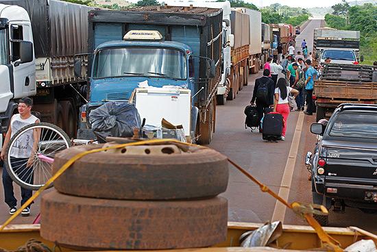 Grupo tenta atravessar à pé o bloqueio na entrada da cidade de Confresa (MT)