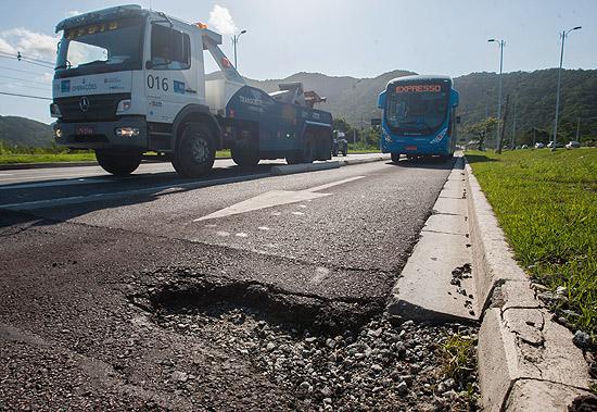 Buraco na pista próxima à estação Pontal da linha BRT, do Rio, uma das promessas de Paes nas eleições