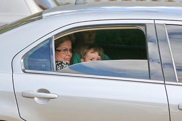 A presidente Dilma Rousseff foi fotografada durante trajeto de carro com o neto de três anos no colo, no banco de trás do veículo