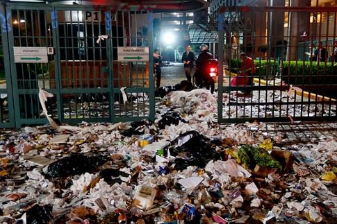 """Manifestação contra publicação da """"Veja"""" espalhou lixo em frente a prédio da Editora Abril"""