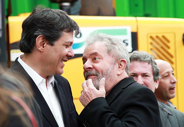 O ex-presidente Lula conversa com o prefeito Fernando Haddad em evento em SP, em 2014