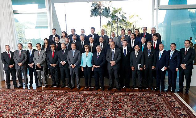 A presidente Dilma Rousseff (de azul claro) em encontro com os governadores de todos os Estados