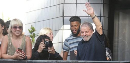 SAO PAULO - SP - 04.03.2016- Lula chega em seu apartamento Movimentacao em Sao Bernardo do Campo apos operacao da Policia Federal na Lava Jato. (Foto: Danilo Verpa/Folhapress, PODER) ORG XMIT: OPERACAO POLICIA FEDERAL