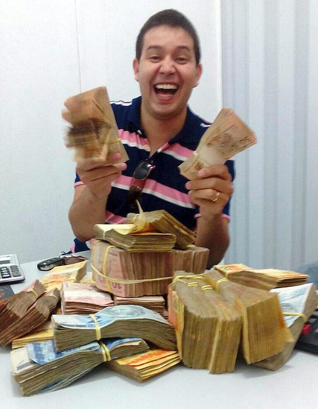 14.04.2016 - Mafia da merenda - Carlos Luciano Lopes, alvo da operacao Alba Branca, aparece em foto com dinheiro que teria recebido do esquema de fraude. Foto divulgacao ***DIREITOS RESERVADOS. NÃO PUBLICAR SEM AUTORIZAÇÃO DO DETENTOR DOS DIREITOS AUTORAIS E DE IMAGEM***