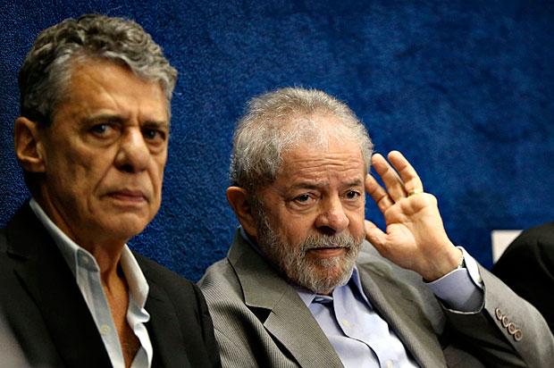 Lula ao lado de Chico Buarque, durante a defesa de Dilma no Senado