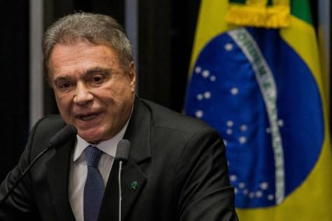 BRASILIA, DF, BRASIL, 11-05-2016: O senador Alvaro Dias (PV-PR), discursa durante sessao do impeachment da presidente Dilma Rousseff, no Senado Federal. (Foto: Eduardo Anizelli/Folhapress, PODER)
