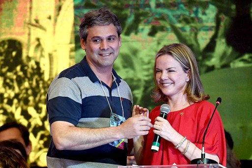 Brazilian senators and candidates for president of the Workers Party (PT) Lindbergh Farias (L) and Gleisi Hoffmann attend the PT's National Congress to elect the party's new president in Brasilia on June 1, 2017. / AFP PHOTO / EVARISTO SA