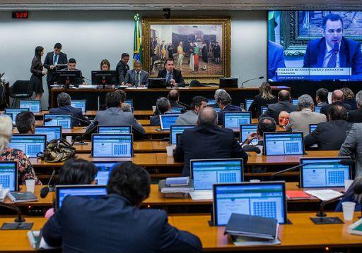 Deputados em sessão da CCJ da Câmara