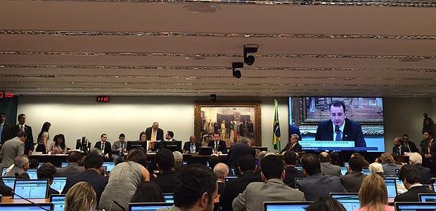 O presidente da CCJ, deputado Rodrigo Pacheco (PMDB-MG), deu início à sessão que vai discutir a denúncia da Procuradoria-Geral da República segundo a qual o presidente Michel Temer cometeu crime de corrupção passiva no exercício do cargo.