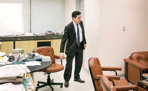 Curitiba, PR, BRASIL, 27-07-2017: ***Exclusivo FOLHA*** Juiz Sergio Moro empurra cadeira em sua sala (na sede da Justica Federal do Parana na cidade de Curitiba) para dar entrevista via skype com jornalistas estrangeiros alem da FOLHA presencialmente. Jornalistas sao do grupo Colaborativo Investiga Lava Jato. A Folha eh o unico jornal brasileiro do grupo (Foto: Eduardo Knapp/Folhapress, PODER).