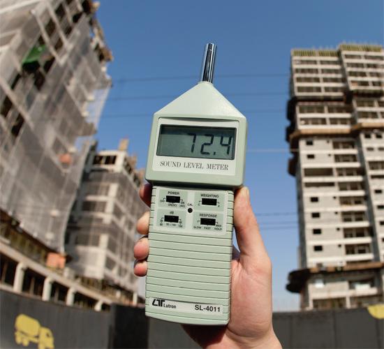 Decibelímetro em frente a edifícios na Vila Leopoldina, que passa por processo de verticalização