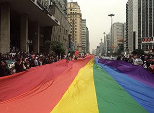Parada do Orgulho Gay na avenida Paulista; evento reuniu 2.000 na primeira edição