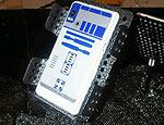 Parte traseira da versão R2-D2 do celular Motorola Droid 2