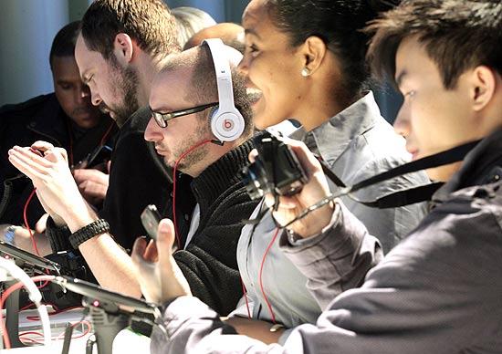 Convidados manuseiam smartphone da HTC durante evento de lançamento do produto, em Nova York