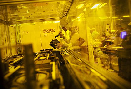 Max Shulaker, estudante de engenharia elétrica, confere wafer de silício com circuito de nanotubos de carbono