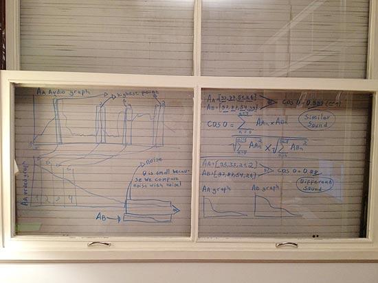 Janela do quarto de Pedro Franceschi, com os cálculos usados para chegar à tradução do Siri