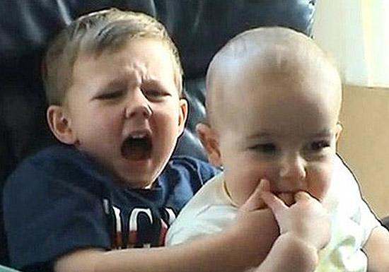"Tela do vídeo ""Charlie bit my finger"""