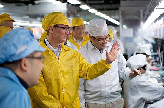Tim Cook (de amarelo) visita linha de produção de iPhone em fábrica da Foxconn na China, em março