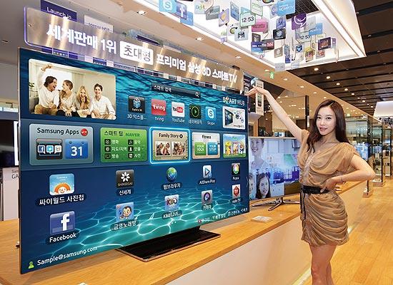 Mulher posa ao lado da TV de 75 polegadas da Samsung, vendida na Coreia do Sul por cerca de R$ 35 mil