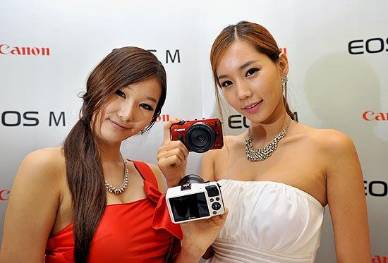 Modelos exibem a nova câmera sem espelho da Canon