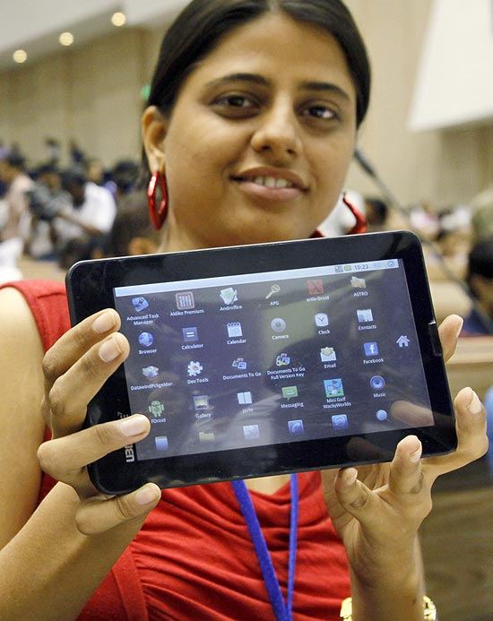 Estudante indiana exibe a primeira versão do tablet Aakash, iniciativa governamental, em Nova Déli