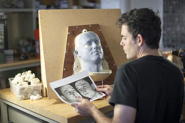 David Hanson, fundador da Hanson Robotics, trabalha em um modelo robótico da cabeça de Dmitry Itskov
