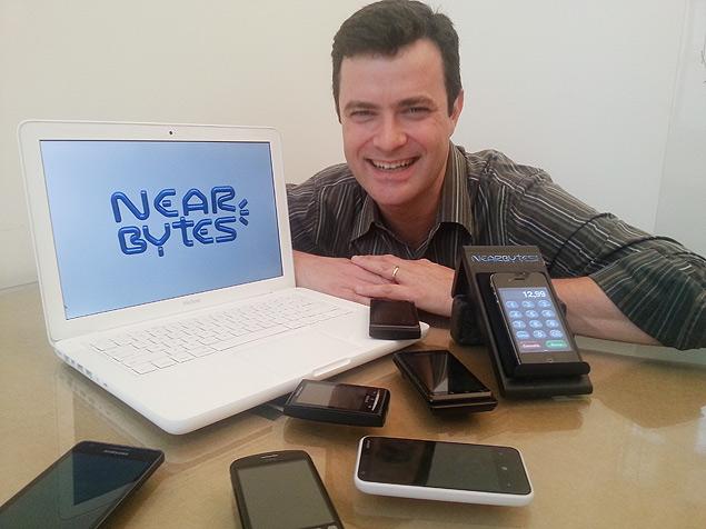 Marcelo Ramos, 45, diretor de operações da Kinetics, exibe exemplos de dispositivos em que o Nearbytes pode funcionar