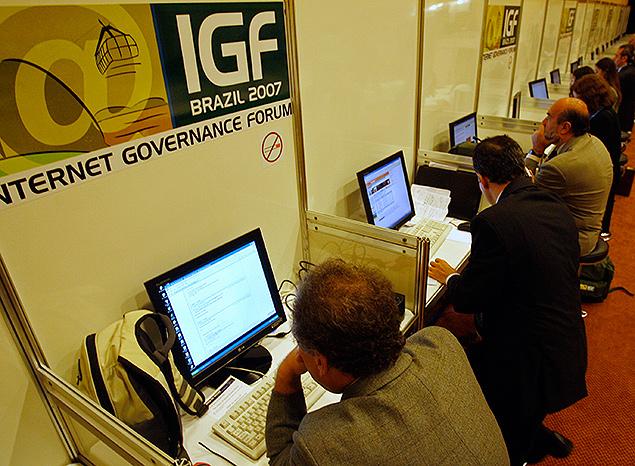 """Pessoas durante o Fórum de Governança da Internet (IGF) de 2007, realizado no Rio; Brasil quer maior """"soberania"""" on-line"""