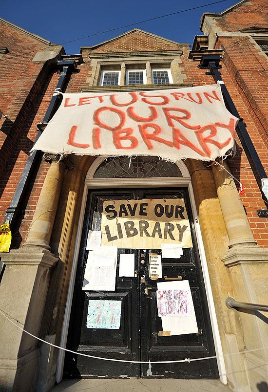 Biblioteca centenária Kensel Rise, cuja fundação ocorreu em 1900 pelo escritor Mark Twain, fechou as portas por verbas