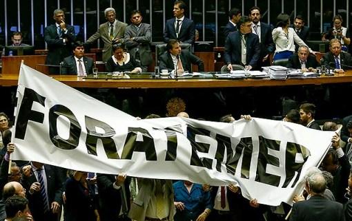 Deputados da oposição protestam no plenário da Câmara contra o governo do presidente Michel Temer (PMDB), em Brasília