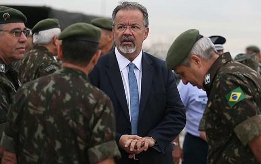 Ministro da Defesa, Raul Jungmann, acompanha embarque de militares brasileiros para missão de paz no Haiti, no aeroporto de Viracopos (SP)