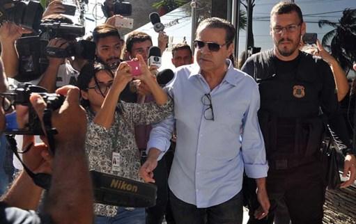 O ex-ministro Henrique Eduardo Alves é preso na manhã desta terça (6) no apartamento onde mora, no bairro de Areia Preta, em Natal