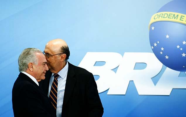 Temer e o ministro da Fazenda, Henrique Meirelles, em cerimônia de sanção da Lei que Regulamenta a Diferenciação de Preço, no Planalto