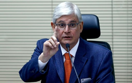 O procurador-geral da República, Rodrigo Janot, fala sobre uma possível revisão do acordo de delação premiada da JBS, em Brasília