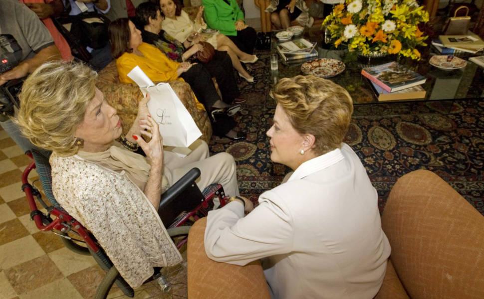 A candidata à Presidência pelo PT, Dilma Rousseff, foi recebida por Lily Marinho em almoço com mulheres da sociedade carioca
