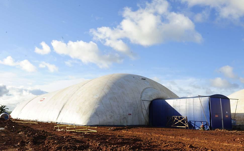 Afetada por enchentes, Barreiros (PE), ganhou galpões infláveis para permitir a construção de novas casas até em dias de chuva Leia Mais