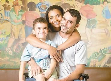 Rosenilda Felix e Geovane da Silva com Gustavo, de 5 anos, no instituto da Criança; casal busca diagnóstico para o filho