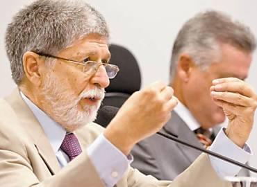 O ministro da Defesa, Celso Amorim, fala em comissão da Câmara; ele cobrou de militares 'respeito à autoridade civil'